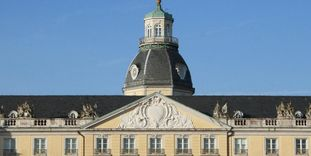 Badisches Wappen an der Fassade von Schloss Karlsruhe